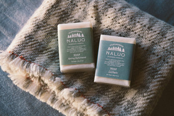 バスタイムにはこだわりの石鹸で一日の疲れを洗い流して。モミの木の清涼感ある香りが疲れを吹き飛ばしてくれます。
