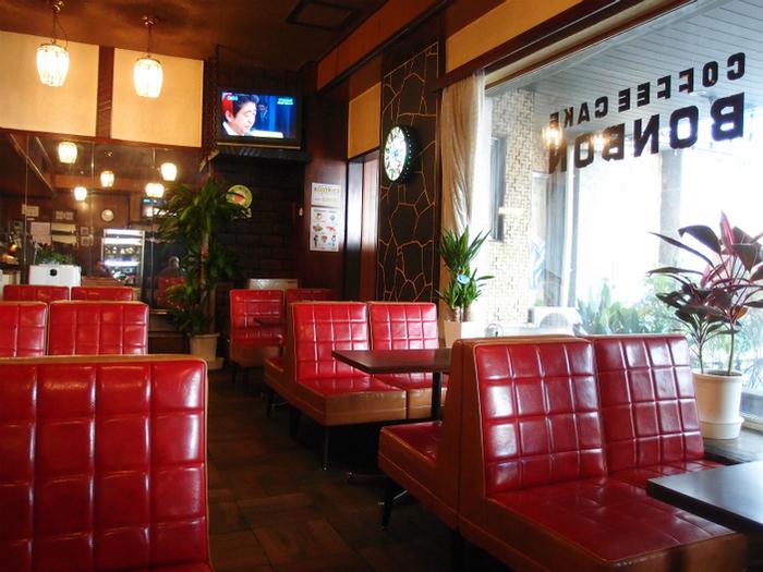 昭和24年創業の洋菓子・喫茶の老舗「ボンボン」。純喫茶好きにはたまらない、居心地の良いレトロな空間が何よりの魅力です。思わず写真を撮りたくなるようなオシャレさも漂います。