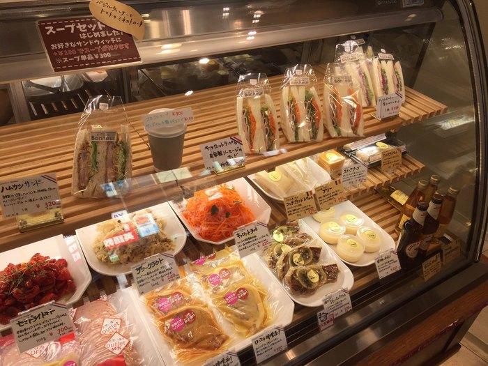 サンドイッチや野菜を使ったデリカ、揚げ物などもあります。いろいろ買って帰ってお皿に盛れば、華やかで楽しい食卓が手軽に用意できそう。