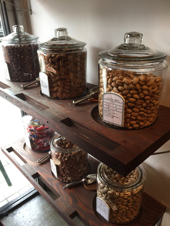 店内に並ぶたくさんの種類のナッツ。初めて見る色や形のものも多くて、大きなガラス瓶やスコップなども、見ているだけでなんだかワクワクしてきます。