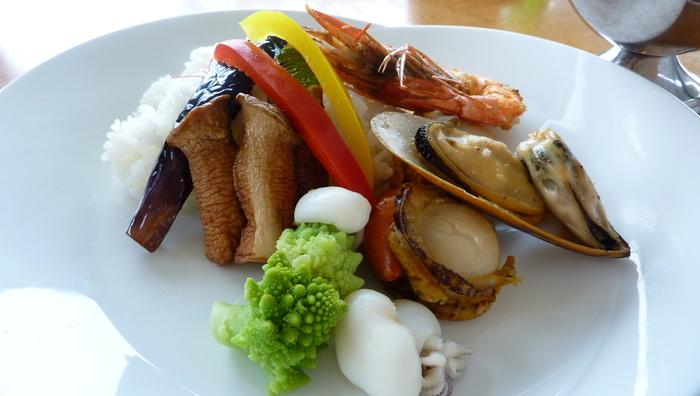 大きな魚介が盛り付けられた『シーフードの贅沢カレー』。