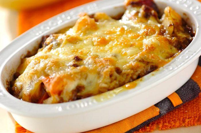 【納豆カレードリア】  納豆ごはんにカレーをのせてチーズをたっぷりのせたドリアは、納豆があまり得意でない方も食べやすい味ではないでしょうか?納豆の粘りとチーズ、カレーの風味は意外な組み合わせですがやみつきになる味わいです。
