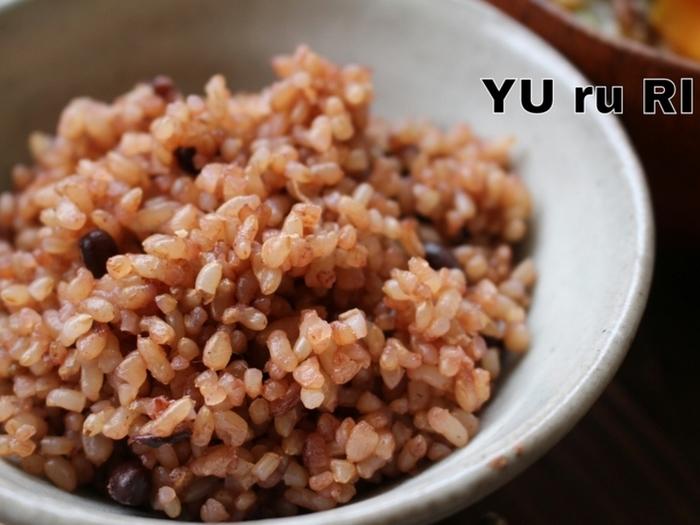 【酵素玄米を家で炊こう】  お店で食べた酵素玄米をおうちでも炊けたらうれしいですよね。水に浸したり、保温する必要があるので時間はかかりますが、手順自体は簡単。お赤飯のようにもちもちに仕上がるので、お子さんも食べやすい玄米ごはんなんですよ。