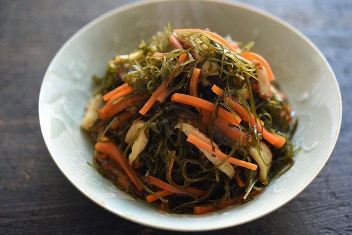 【切り昆布の煮物】  こちらも常備菜にぜひ使いたい切り昆布の煮物。甘辛い味付けは、ごはんのお供にもお弁当にもおすすめです。れんこんやごぼうなどの根菜を入れて、さらに食物繊維をプラスしても良いですね。
