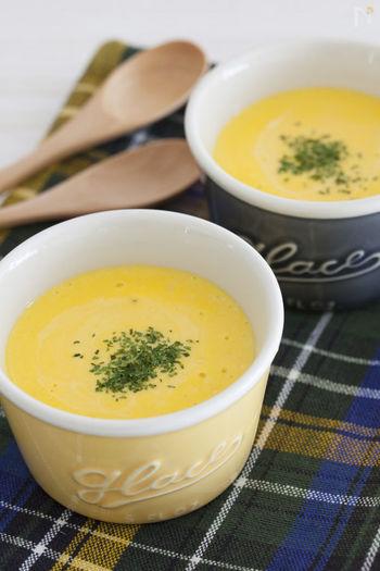 【かぼちゃのベジヨーグルトスープ】  野菜とヨーグルトを合わせた「ベジヨーグルト」は、腸活に良いと注目されているメニューのひとつ。女性に人気のかぼちゃとプレーンヨーグルトで作るスープは、野菜の甘さとヨーグルトの酸味が絶妙です。にんじんやさつまいもでアレンジするのもおすすめ♪
