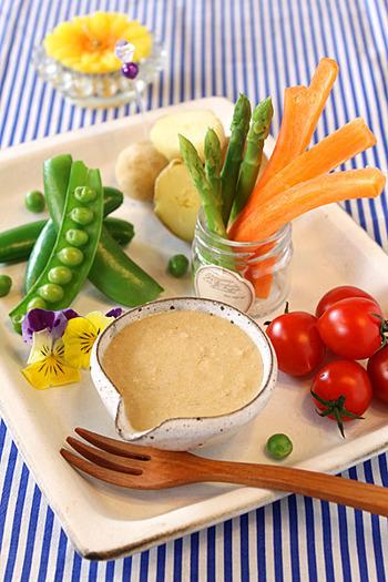 【ヘルシー春野菜の味噌ヨーグルトバーニャカウダ】  バーニャカウダのソースにお味噌を加えて和風にアレンジしてみませんか?オリーブオイルやにんにく、ヨーグルトなどと一緒にお味噌を加えて混ぜたソースは、野菜がぱくぱく進むおいしさですよ。