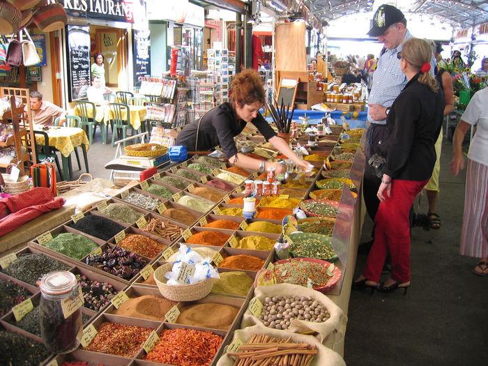 マルシェでお買い物、カフェでひといき。フランス語圏でも英語で通す旅行者が多い中、フランス語で話しかければ地元のみなさんもとっても喜んでくれるでしょう。今日は、旅行の時にコミュニケーションを取れる基本の挨拶や簡単なフランス語のフレーズをご紹介します。