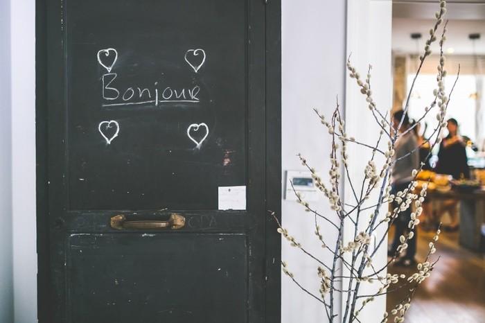 Photo on [Visual hunt](https://visualhunt.com/re4/ca51861f)  あとの会話をフランス語でするのが難しかったとしても、まずはBonjourから始めるのが大切。カタカナで書くと「ボンジュール!」きっと聞いたことがありますよね。おはようもこんにちはもBonjour。お店に入った時、カフェで席に着いた時、エレベーターで誰かと乗り合わせた時。。。最後のルはカタカナで発音してしまうよりも、「ボンジュ〜」で終わる方が本来の発音に近いです。