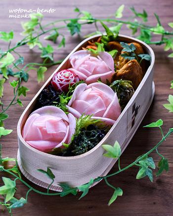 お花見と一緒にお弁当の中のお花も楽しんで♪ 紅化粧大根の甘酢漬けを使って、本物のように作られた薔薇に感動。あまりに美しくて食べるのが勿体ないくらいです。