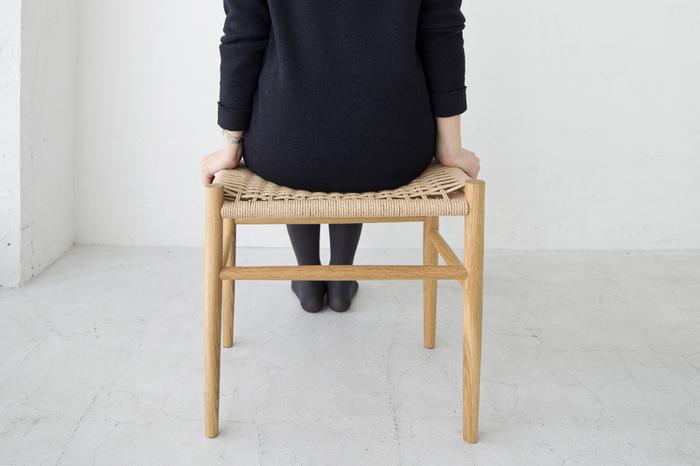 「木と共に暮らす喜び」をコンセプトとして制作された、スヴェイルファニチャーのスツールです。重厚感があり耐久性に優れたオーク材の脚部に、ペーパーコードの座面というシンプルなデザイン。強度もありつつ体にフィットする使用感は、安心して身をゆだねられます。