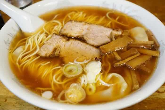 「わんたんや」は、熱海で断トツの人気を誇る中華そばの名店。昔ながらの味をしっかりと堪能できるお店です。