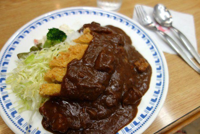 """「宝亭」は、""""カレーレストラン""""と冠されている通り、カレーが主力。その中でも特に人気で名物なのが『カツカレー』です。  カレーは、玉ねぎなどの野菜や豚のエキスが効いて旨味たっぷり。20種以上のスパイスを独自配合したルーは、円やかで深みがあり、キリッとした辛味があります。地元静岡のブランド豚「ふじの国ポーク」のカツは、サクサクと揚がっていて、ジューシー。カツの厚みも丁度良く、カレーとのバランスが絶妙と人気の逸品です。"""