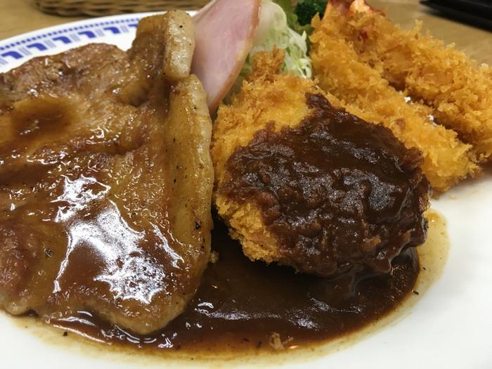 洋食を堪能したい方なら、エビフライや豚ロース生姜焼きなどの料理が3,4品付いたランチセットがお得でお値打ちです。 【画像は、肉厚の生姜焼き・カニコロッケ・エビフライの『New Bランチ』。】