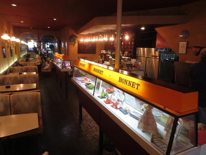 """開店当時は熱海の芸妓達も足繁く通ったという「BONNET」は、今も昔と変わらず""""街の憩い場""""。心地良い時間が流れる熱海ならではの名喫茶店です。"""