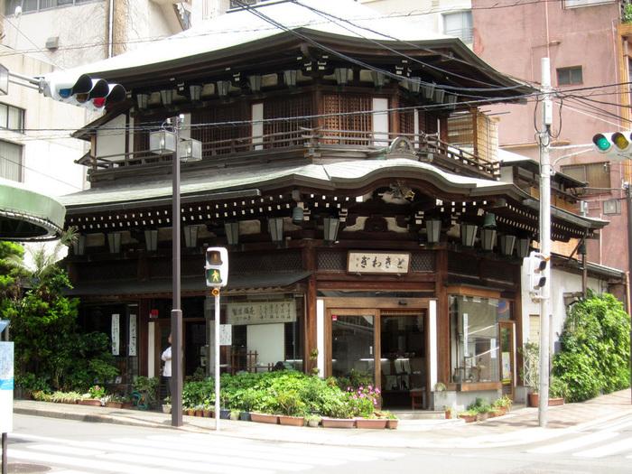 熱海銀座通りの交差点に一際目を引くのが、大正17年創業の老舗和菓子店「本家ときわぎ」です。重厚感たっぷりの宮造りの店舗は、観光客のフォトスポット。