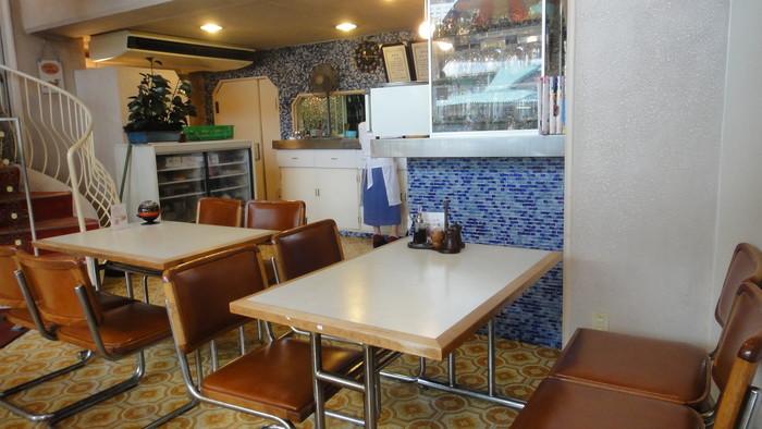昭和期のパーラーそのままの店構えは今も愛らしく、吹き抜けの店内は、シャンデリアと螺旋階段が印象的なレトロモダンな雰囲気。広々として明るく、ランチや喫茶にぴったりのお店です。