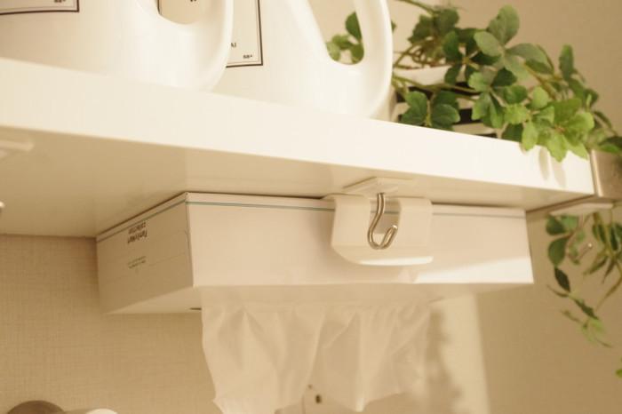 そのまま置くと水に濡れる心配気があるキッチンや洗面所、置くスペースがないときなどに棚下に下向きにして設置できます。箱ティッシュも目立たず使いやすくなりますよ。
