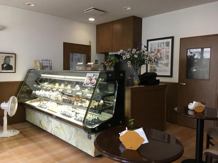 昭和22年創業の「仏蘭西菓子 MONT BLANC」は、文豪や著名人らに愛された熱海の老舗洋菓子店。洋菓子が並ぶ店内には、喫茶スペースもあるので、散策中に立ち寄れます。