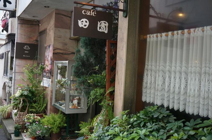 「cafe 田園」は、先に紹介した「スコット旧館」のすぐ隣。熱海の路地に佇む昭和レトロな純喫茶です。