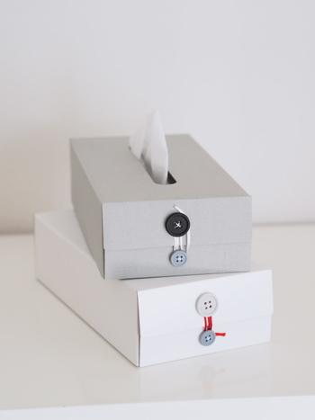 シンプルな厚紙のボックスにボタンがかわいいクラフトワンのティッシュボックス。多くのブロガーさんが使用されているので、見かけたことがある方も多いのではないでしょうか? インテリアに馴染みやすいカラー展開で、大きすぎずすっきりとしたデザインです。
