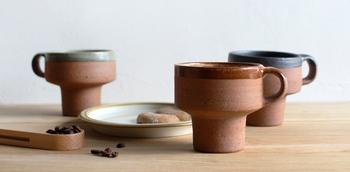 鹿児島で手作りの陶器作っている「眞窯(まことがま)」による作品で、土の色や感触を直に感じられる味わい深いマグカップです。コーヒーはもちろん、日本茶などを飲む際にもおすすめ。