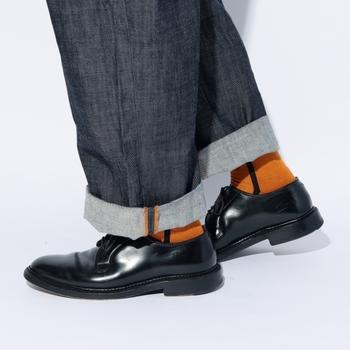 日本で作られた靴下は履き心地もよく、大切にコーディネートを楽しみたくなります。革靴はしっかりと磨いてあげると、おでかけ気分が高まります。
