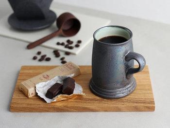 「ONE KILN(ワンキルン)-ひとつの窯-」として、鹿児島県で活動しているブランドが手掛けるマグカップ。一見すると鉄のようにも見えるマグは、アンティークのような重厚感を持っています。