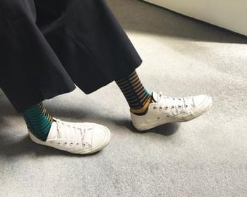装いにすこしインパクトを与えたいときに便利なのが柄物靴下です。柄物の中でも、ボーダーは初心者さんでもチャレンジしやすい安定感のあるデザイン。革靴やスニーカーなどすっきりとまとめてくれます。