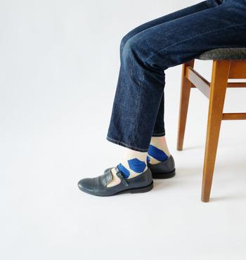優しいミックスカラーのフルーツケーキのような柄がとてもキュートな靴下は、シンプルなコーデの仕上げにアクセントとして使いたくなりますね。薄手なので、革靴もよく似合います。