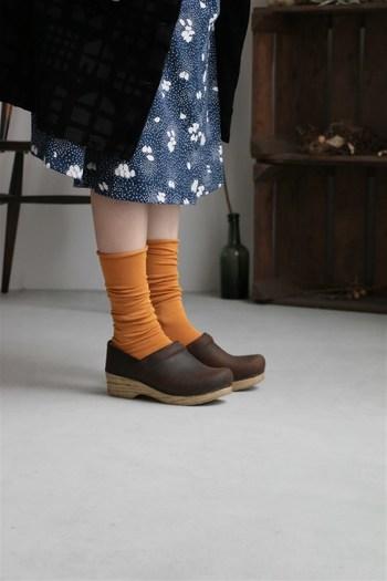 ナイロンが混じった薄手の靴下は、合わせる靴を選びません。スニーカーから革靴、サンダルなどどれに合わせてもしっくりと決まるのは削ぎ落されたデザインがとても洗練されているからです。