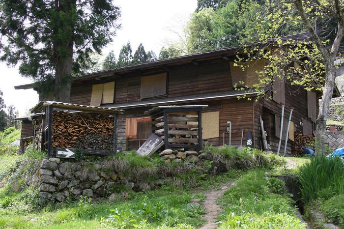 小谷温泉にほど近い真木(まき)集落に、2007年にオープン。築120年の古民家をリノベーションした店主は、かつて小谷村に山村留学した方です。高く積み上げられた薪は、蕎麦を茹でるかまどに使われるもの。