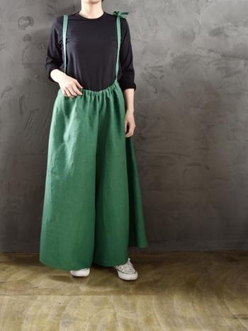 こちらのゆったりしたグリーンのワイドパンツは、サロペットとしてもボトムスとしても使える4wayアイテム。黒のシンプルなトップスと合わせても、ラフなのにおしゃれが叶う素敵な着こなしになっています。