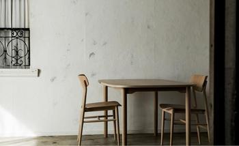 """「木の椅子」の定番を目指し、木工技術の枠を集めてつくられた""""AOYAMA""""の椅子。"""