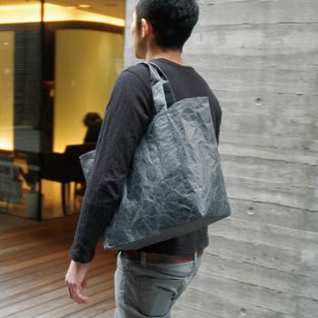 しっかり荷物が入る上に、ジェンダーレスなシンプルデザイン。彼と一緒に使用できるのも嬉しいですね。