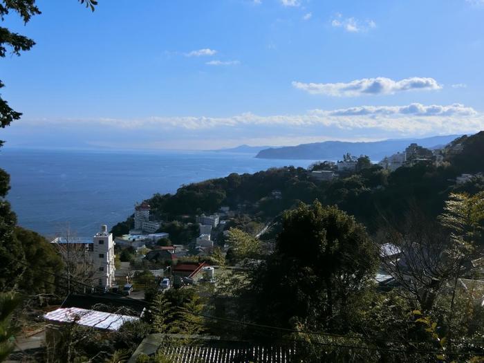 """""""熱海""""は、日常の生活からちょっと抜け出して、気分転換するのにちょうど良い地です。  海岸に陸地が迫るように広がる熱海は、少し高台に向かえば、初島や大島が浮かぶ相模湾や、緑豊かな伊豆半島の景色を眺めながら、心地良い散策ができます。【恋愛のパワースポットと名高い「伊豆山神社」境内からの眺め】"""