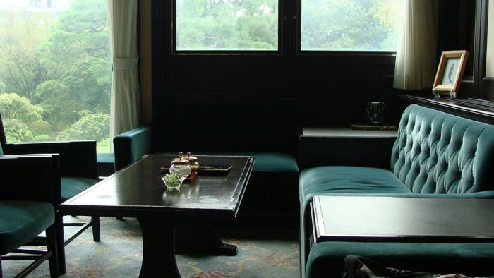カウンター席の他、ゆったりと座れるソファ席もあり、庭の景色も楽しみながら喫茶が出来ます。
