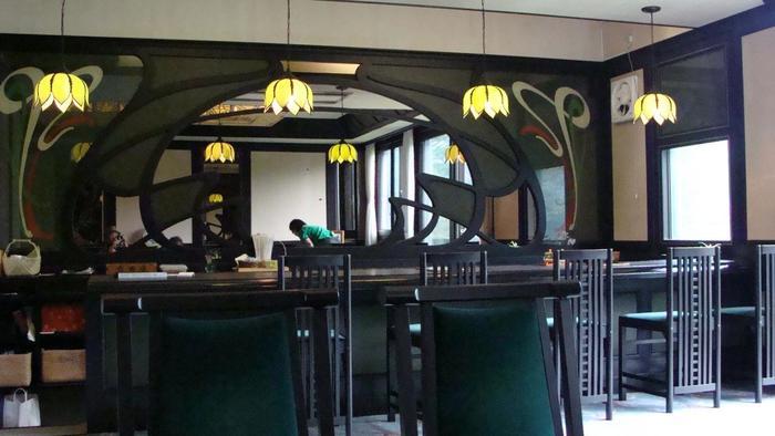 「起雲閣」で一休みするのなら、旅館時代のバースペースをそのまま利用た「喫茶室やすらぎ」へ。当時そのままのシックな雰囲気の中でゆったりと優雅な一時が味わえます。 【画像は、かつてのバーカウンターを彷彿とさせる、アールデコ調のカウンター席。】