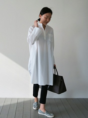 ワンピースとして1枚で着たり、ボタンを開けて軽い羽織として使ったり。ワンピースの中でも特に着回し力の高い「シャツワンピース」は、これからの季節に頼れる万能アイテムです。シンプルなホワイトシャツはどんなアイテムにも合わせやすく、ボトムスや小物のコーディネート次第で様々な着こなしが楽しめますよ。