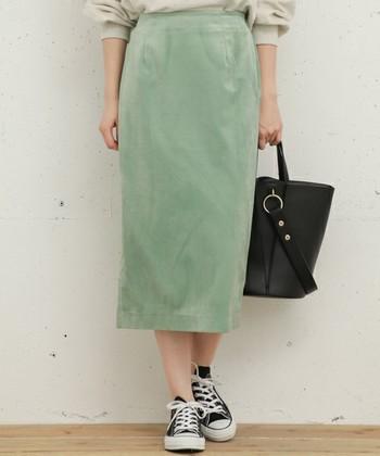 ロングタイトスカートにミントカラーを取り入れると、大人っぽく一味こなれた雰囲気に。