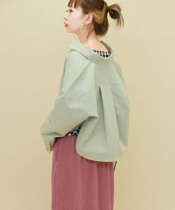 オーバーシルエットがかわいいスウィングトップジャケット。ミントカラーはカーキ色に近い感覚でも使えますし、ピンクやギンガムチェックの甘いアイテムにもよく合います。春らしく軽やかですね。