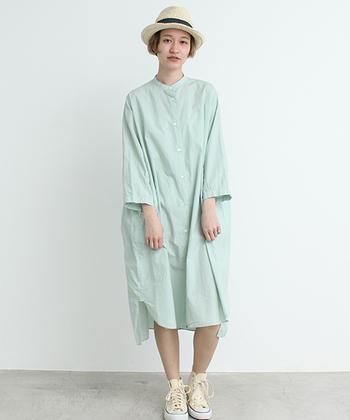 1枚でさらりと着ても重ね着してもかっこよくきまるシンプルなシャツワンピース。ミントカラーがとっても爽やか。