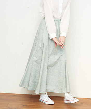 素朴でナチュラルな雰囲気の細かな小花柄のロングスカート。シンプルなアイテムと合わせても可愛らしく着こなせます。