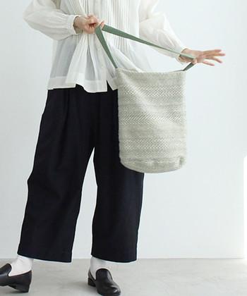 リリーヤーンやラメ糸などを使って作られた、表情あるニット素材のバッグです。やわらかでほっこり優しい雰囲気のバッグが、春らしい装いに見せてくれます。