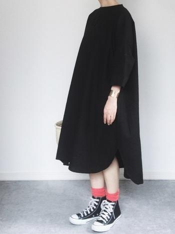 くしゅりとなった赤い靴下はメッシュの靴下です。ハイカットのスニーカーに合わせると、寒々しい雰囲気になりません。