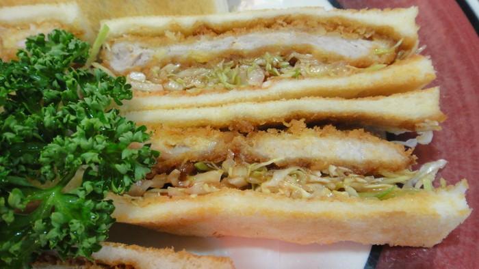 中でも人気なのは、放牧豚を用いたとんかつです。肉の質も味も、揚げ方も上手く、CP抜群。定食も人気ですが、『カツサンド』や『カツ丼』も美味しいと評判です。【画像は、『カツサンド』。】