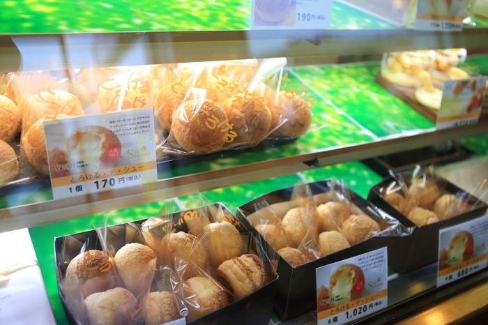 創業80余年の「住吉屋本店」は、洋菓子とパンの店。 名物は、なんといってもサクサクっとしたシュー生地に、地元の丹那牛乳と卵で作られた特製クリームがたっぷりと詰められた『とろける・デ・シュー』。ボリューム満点で価格も良心的。ザクザクっとしたクッキー生地と、とろけるような滑らかなクリームの食感の対比が絶妙のシュークリームです。