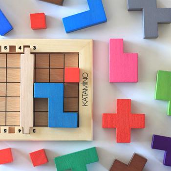 脳トレブランドとして人気の【GIGAMIC(ギガミック)】からオススメするのは、シンプルなのに奥深いパズルゲーム「KATAMINO(カタミノ)」です。いろいろな形のブロックをマス目にはめていくだけなのですが、組み合わせられる数はなんと3万6千通り以上!対象年齢も3歳から99歳と幅広く、家族みんなで遊べるゲームです。