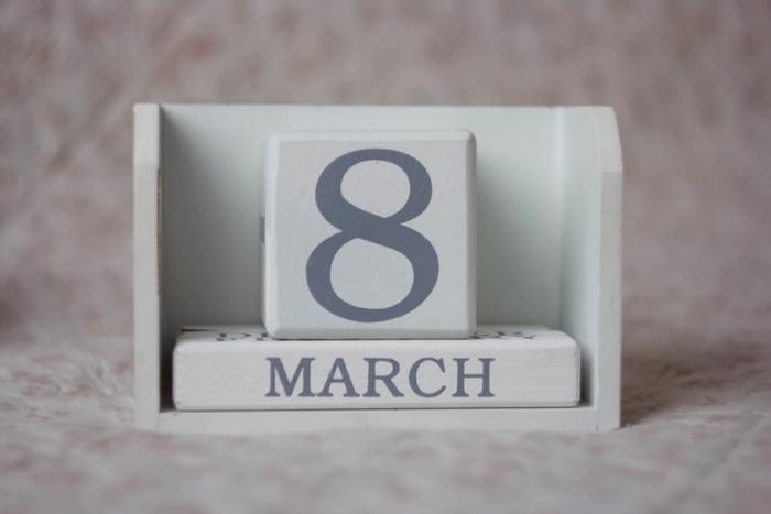 入園・入学祝いは早すぎても遅すぎてもしっくりこないもの。一般的には3月上旬から中旬に渡すのがベストとされています。ただ、入園・入学式が済んでからでも非常識というほどではありません。4月に入ってから贈る場合は、遅れてしまったことへのお詫びを添えて渡すとよいでしょう。