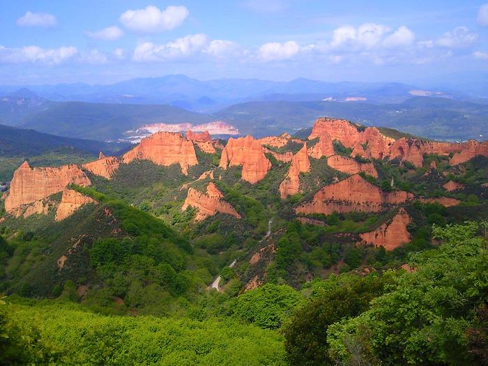 切り立った赤茶色の断崖、麓に広がる豊かな森のコントラストが美しいラス・メドゥラスは、スペインにある金鉱山跡です。古代ローマ帝国に繁栄をもたらしたラス・メドゥラスの金鉱業炭鉱跡は、現在も残されており、古代ローマ帝国が持っていた採掘技術の高さを静かに物語っています。