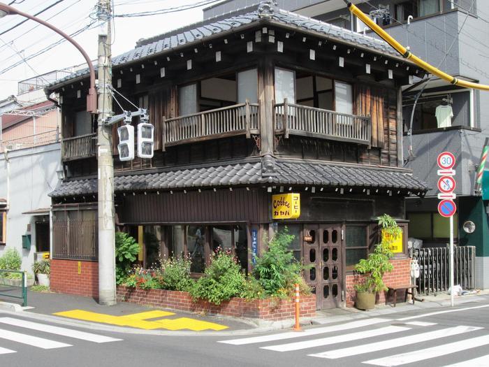 谷根千エリアには、古民家を利用したレトロでおしゃれなカフェも多数あります。たとえば、根津駅と日暮里駅の中間あたりに位置する「カヤバ珈琲」。